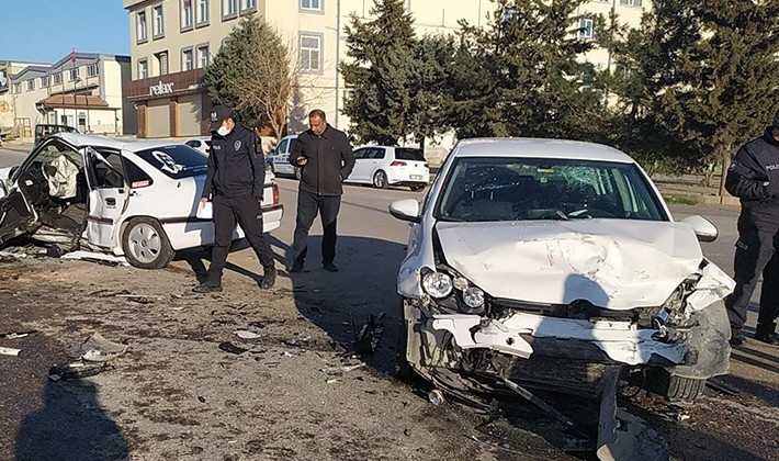 İki araç kafa kafaya çarpıştı: 1 ölü, 4 yaralı