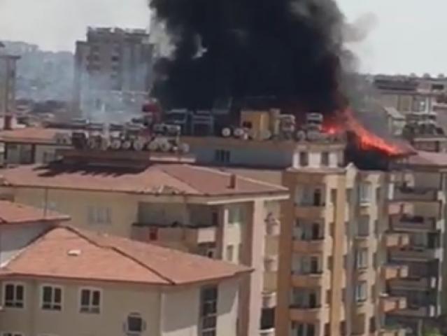 7 Katlı Apartmanın Çatı Katı Alev Alev Yandı